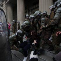 Desalojan a 50 manifestantes tras protesta en Tribunales por libertad a violadores de DD.HH.