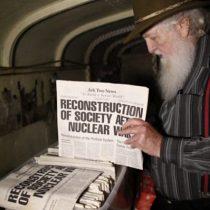 Bruce Beach, el canadiense que se prepara para un apocalipsis nuclear en un búnker hecho con 42 autobuses