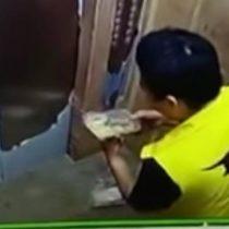 Con las manos en la masa: despiden a repartidor chino que se comió la comida que debía entregar a domicilio
