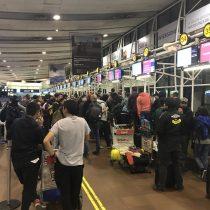 Hinchas de Colo Colo permanecen varados en Aeropuerto de Santiago