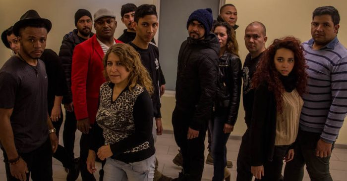 """Obra """"Fragmentos de Sol"""" historia de 13 migrantes latinoamericanos en Centro Comunitario Carol Urzúa"""