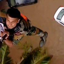 Inundaciones en India: el momento en que rescatan a un niño con un helicóptero en Kerala, donde más de 350 personas murieron por el monzón