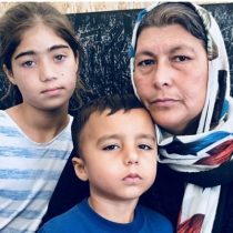 """Cómo es vivir en Moria, Lesbos, uno de los peores campamentos de refugiados del mundo: """"No dormimos por miedo a la violencia"""""""