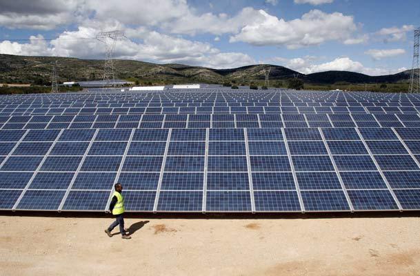 Pelea al rojo con la ministra Jiménez: empresas solares acusan que se han trabado cientos de millones en inversión