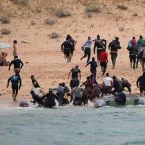50 inmigrantes desembarcan en una playa europea y así son recibidos