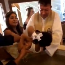 Niña rechaza a un sacerdote que la estaba bautizando y el video se vuelve viral