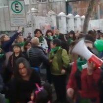 Mujeres se manifiestan frente a la embajada de Argentina en apoyo al aborto libre, seguro y gratuito