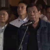 Presidente Duterte amenaza cara a cara a un centenar de policías corruptos con matarlos
