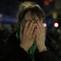 El momento en que se sabe el resultado de la votación en el Senado argentino por la ley de aborto libre