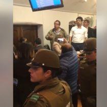 Se le fue de las manos: alcaldesa de Maipú termina llamando a Carabineros luego de ser interpelada por dirigentes en el concejo municipal