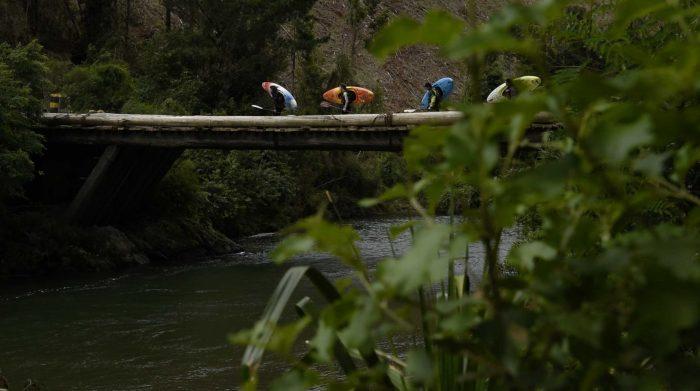 """""""La otra Cordillera"""": el filme de kayakistas que denuncia cómo el modelo forestal destruyó el sur de Chile"""