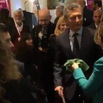 Mujer entrega pañuelo verde a Mauricio Macri a horas de votación por el aborto libre en Argentina