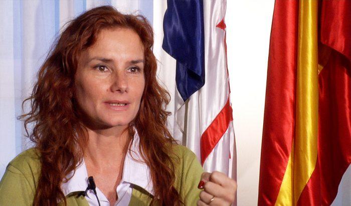 María Blanco, la española que pone en duda la actual lucha feminista, es invitada por la DEM a un liceo vulnerable, despolitizado y de mujeres