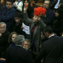 Funan a Piñera con peluca y nariz de payaso en la Universidad de Chile