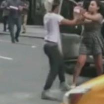 Poca paciencia: taxista agrede a una pareja que peleaba en la calle porque le cortaron el paso de su vehículo
