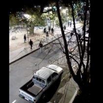 Turba destruye dos locales en Santiago Centro