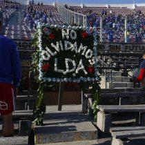 Jugadores de la Universidad de Chile dejan flores en el memorial de los Detenidos Desaparecidos en el Estadio Nacional