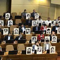 Con fotos de detenidos desaparecidos, los diputados siguen el debate de la acusación constitucional