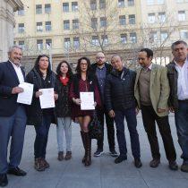 Diputados de oposición llegan a La Moneda para solicitar a Piñera que presente nuevo proyecto de salario mínimo