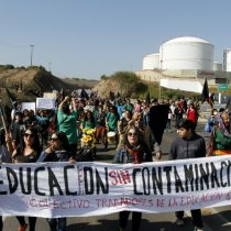 Denuncian a Carabinero que lanzó piedras a manifestantes en Quintero