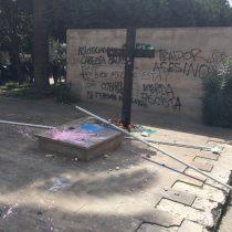 Nuevamente destrozan tumba de Jaime Guzmán durante romería en el Cementerio General
