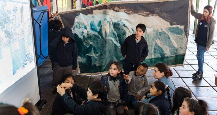 Obras de arte contemporáneo chileno salen del museo para ir a visitar colegios