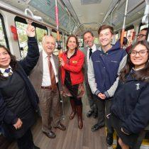 Premio Nobel de Química conversó sobre cambio climático con estudiantes de Peñalolén en bus 100% eléctrico