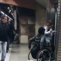 Metro de Santiago: Transeúntes se suben al ascensor y dejan a la única persona en silla de ruedas fuera