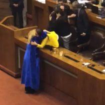 El intenso abrazo entre Pamela Jiles y Cecilia Pérez tras la histórica aprobación de LIG