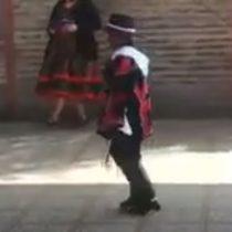 Niño haitiano gana un concurso de cueca con peculiar truco