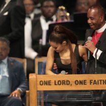 El incómodo momento que vivió Ariana Grande durante el funeral de Aretha Franklin