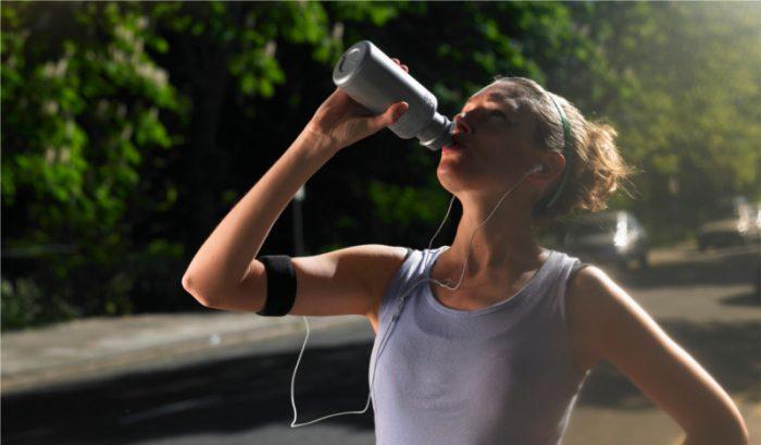 Nuevas tendencias de hidratación deportiva incluyen beber cerveza