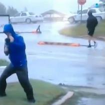 """Canal de TV defiende a su """"heroico reportero"""" que sobreactuó lucha para mantenerse en pie durante huracán Florence"""