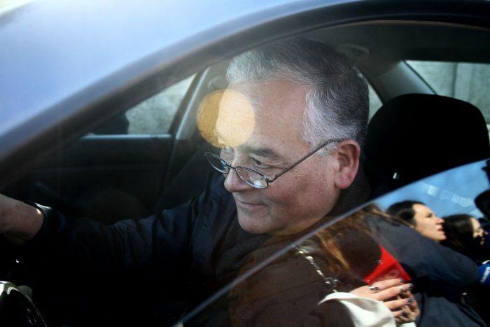 """En la hora del adiós: obispo de Chillán se va pidiendo perdón y advirtiendo con """"acciones legales"""""""