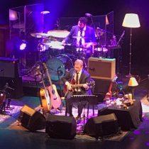 Homenaje de Gustavo Santaolalla a Jorge González en su presentación en Chile