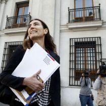 """Ministra Schmidt en clave víctima: acusa persecución por """"ser mujer"""" para defenderse de nuevas críticas por conflicto de interés"""