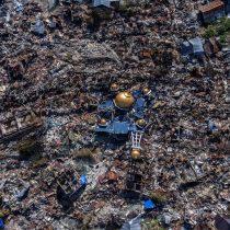 Tsunami en Indonesia: las imágenes aéreas que revelan el alcance de la destrucción tras el desastre