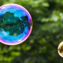 Los fascinantes y coloridos secretos de la física que esconden las burbujas de jabón