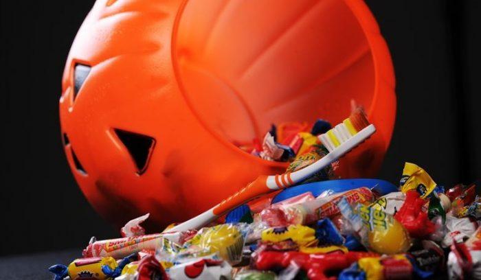 Las travesuras de los dulces de Halloween: niños comen más de 1000% de azúcar de lo recomendado y aumentan las caries
