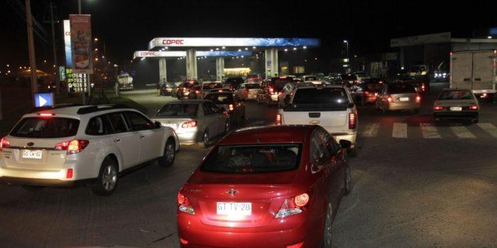 Filas con más de 100 autos colapsan bencineras en Magallanes en medio del bloqueo de camioneros
