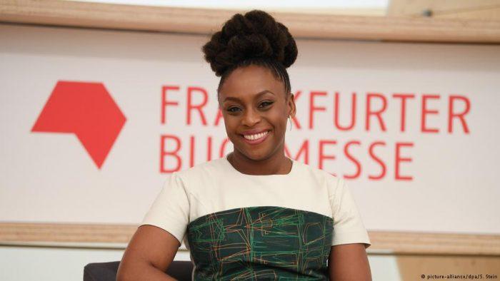 Escritora nigeriana feminista Ngozi Adichie: «Es hora de que los hombres lean a las mujeres»