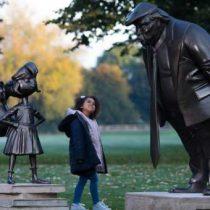 Una escultura del personaje literario Matilda que enfrentada a Trump rinde homenaje a Roald Dahl