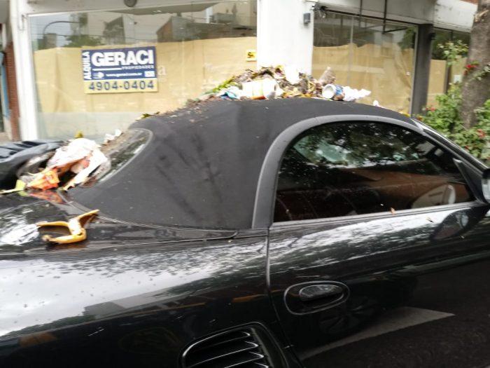 Ciudadanos se enfurecen con conductor de un Porsche y lo tapan en basura