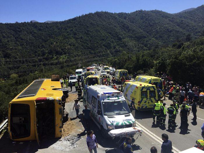 Bus con 45 personas volcó en Cuesta La Dormida: Hay 3 heridos de gravedad