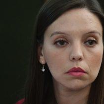 """Se aburrió de las críticas: Camila Flores anuncia que se querellará contra Carmen Hertz tras llamarla """"fascista"""""""