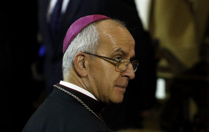"""Víctimas de abusos de curas celebran el traslado del nuncio Ivo Scapolo: """"Al fin sacan de Chile a este encubridor"""""""