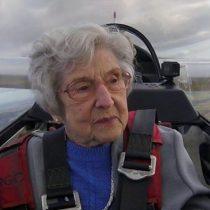 Olwyn Hopkins, la mujer de 99 años que voló en un avión planeador