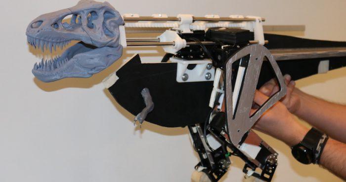 Científico chileno presenta su terópobot, el robot con el que estudia cómo se movían los dinosaurios