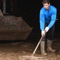 Rafael Nadal limpiando las calles para ayudar a los afectados por las inundaciones en Mallorca