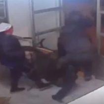 Tres hombres intentan asaltar un local y sus dueños los apalean hasta sacarlos
